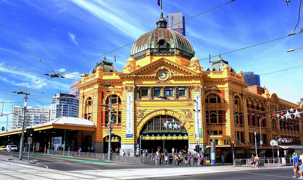 Flinders Station on a sunny sunday morning. Melbourne., Мельбурн