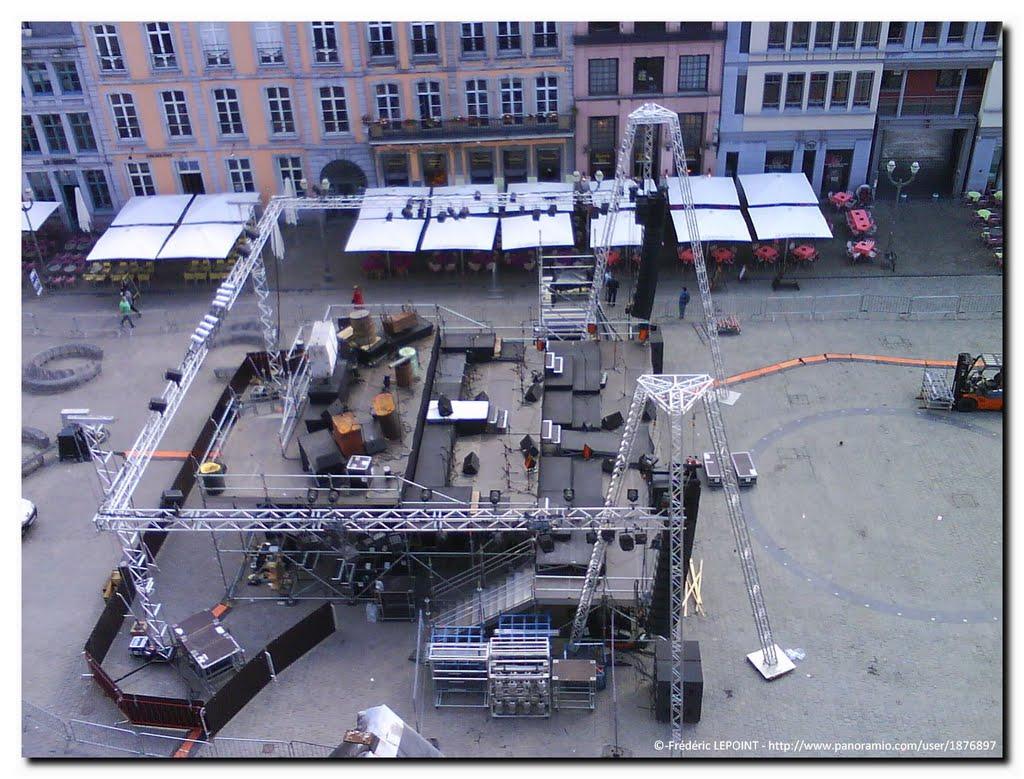Mons – Grand Place : installations du grand spectacle du Festival de Théâtre de rue, 2010., Монс