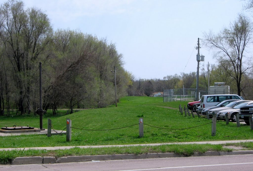 Berm on the southside of the Des Moines River east of S.E. First., Де-Мойн