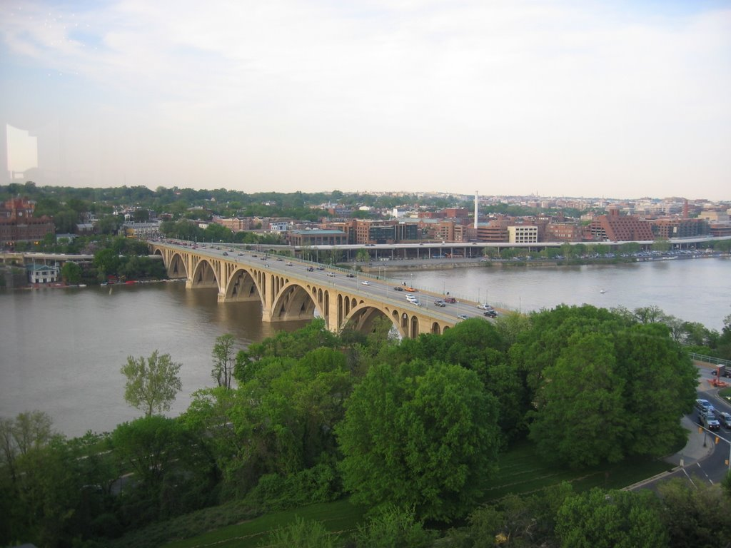 A view of Georgetown, Key Bridge, and the Potomac River from the top floor bar at Rosslyn Marriot, Арлингтон