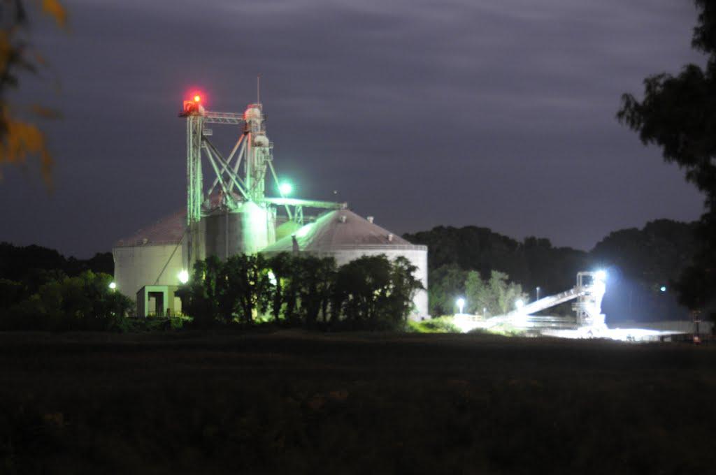 Perdue grain storage in operation at night, Hoskins Creek, Tappahannock, Virginia, Таппаханнок