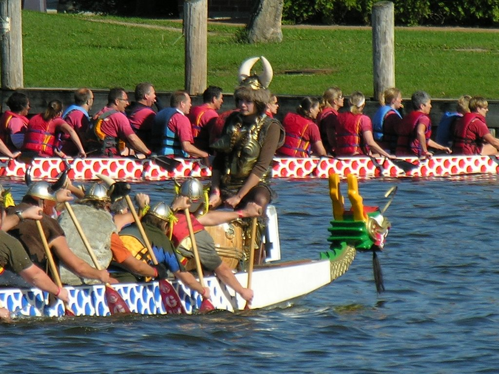Dragon Boats Oshkosh WI on Fox River, Ошкош