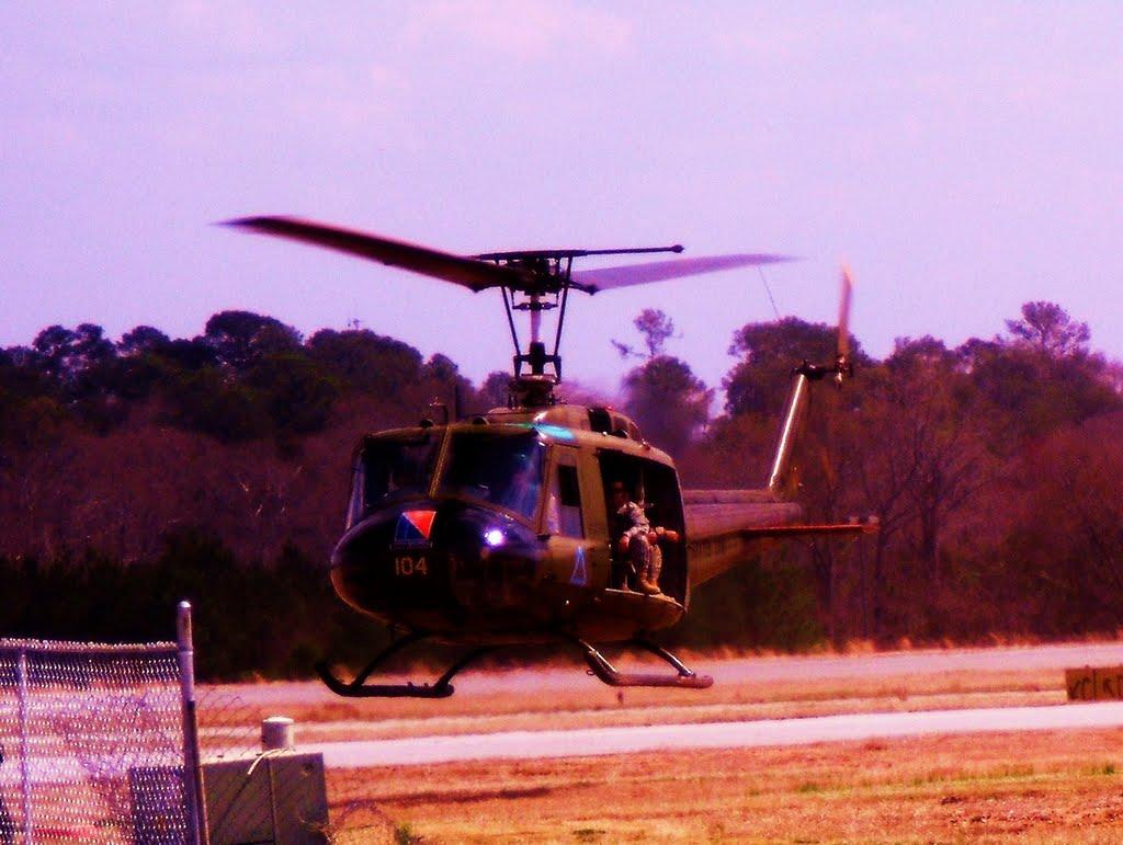 Huey helicopter in flight, Белведер Парк