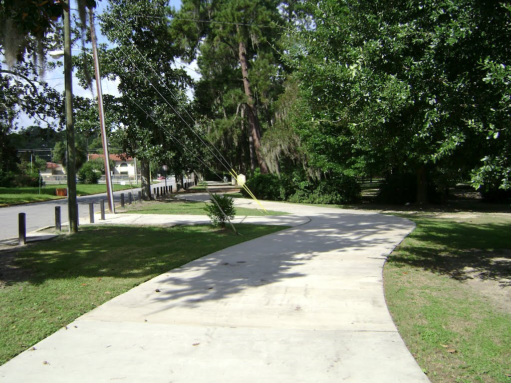 Azalea City Trail heading west along Brookwood Dr, Валдоста
