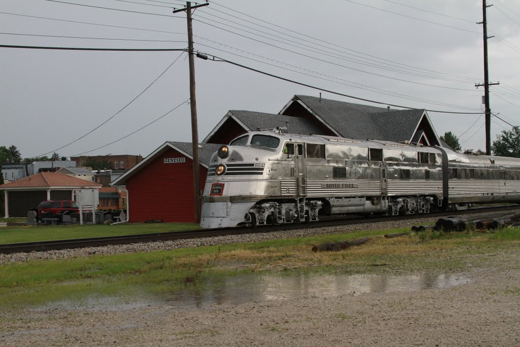Nebraska Zephyr passes Geneseo, IL train depot, July 2011, Аледо