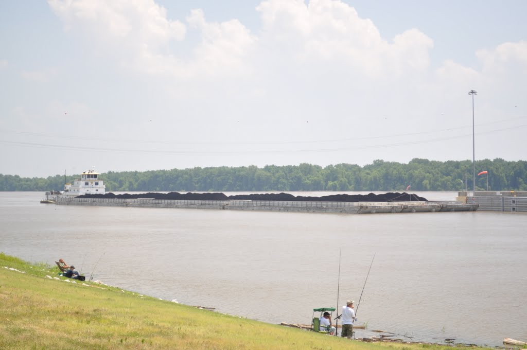 Towboat and coal barges approaching Melvin Price Locks and Dam, Вуд Ривер