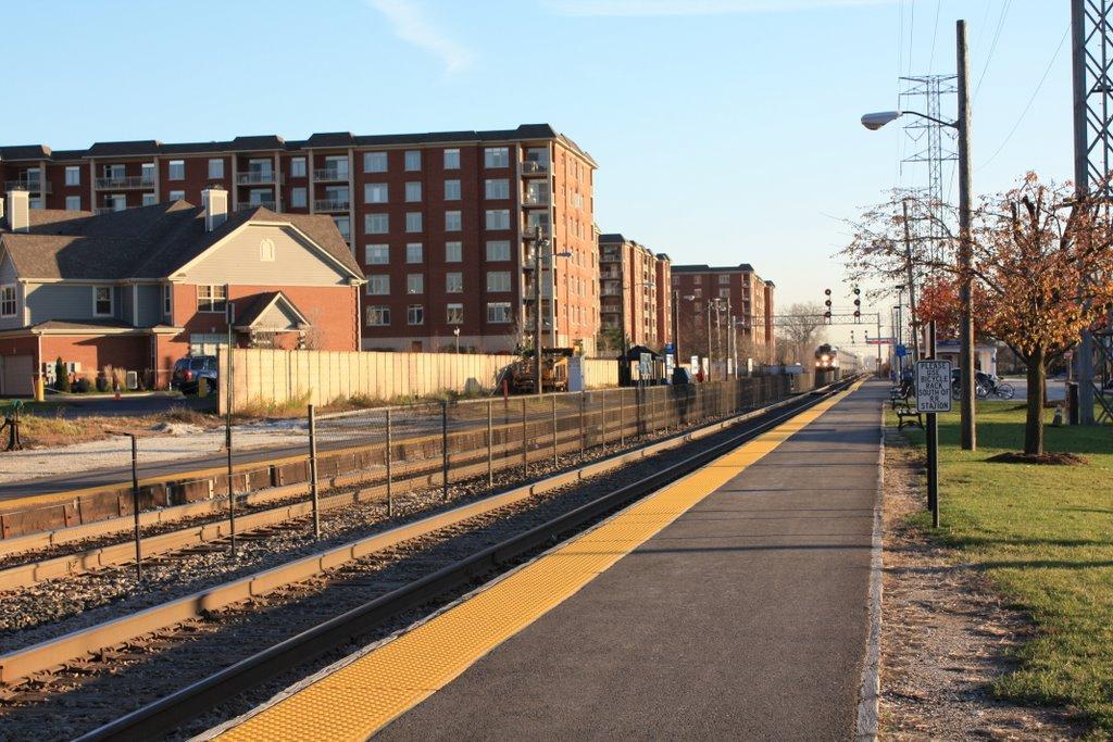Looking south toward Metra station, Мортон Гров