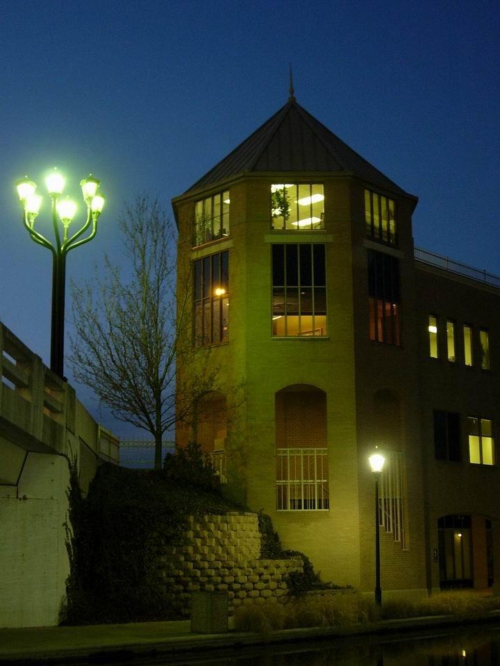 Building at Night (Edificio de Noche), Индианаполис