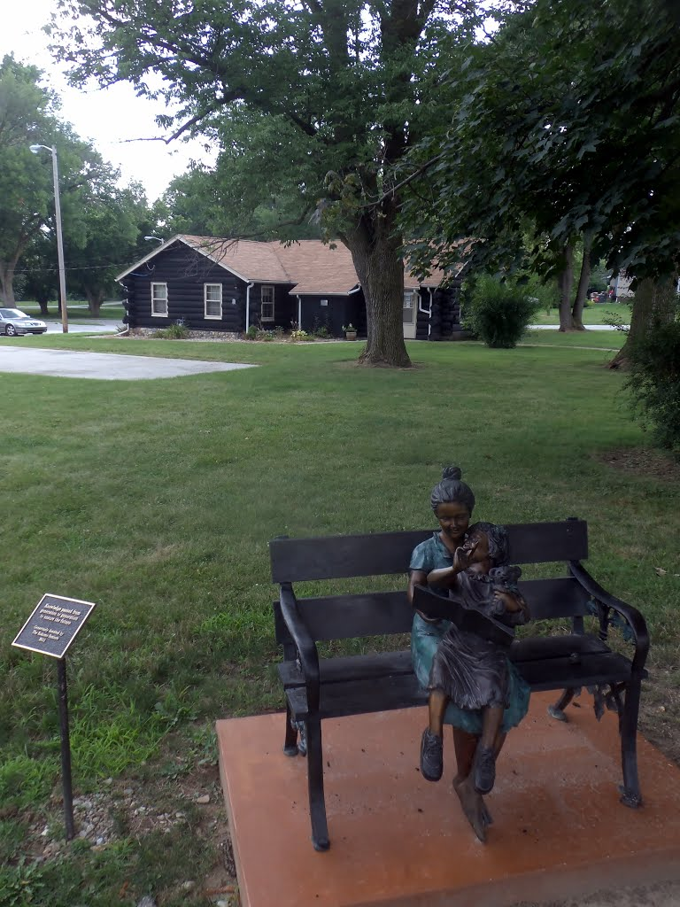 Reading statue in front of Girl Scouts cabin, Кокомо