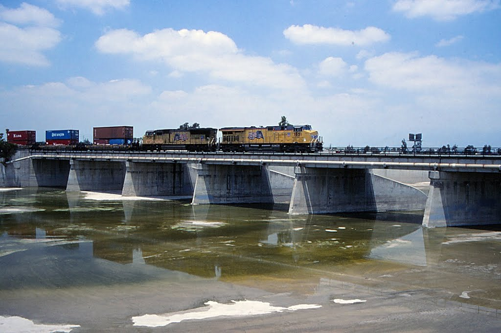 Eastbound Union Pacific stack train at the Santa Ana River bridge., Колтон