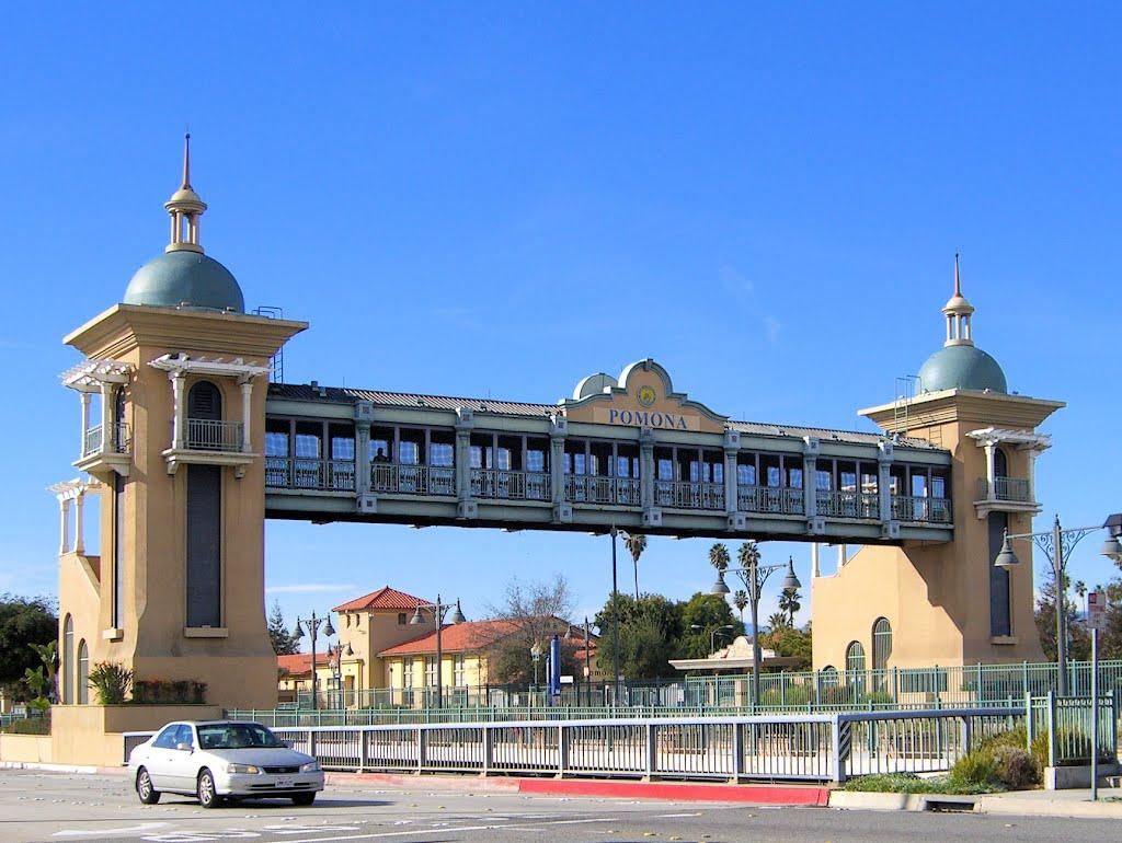 Metrolink bridge in Pomona., Помона