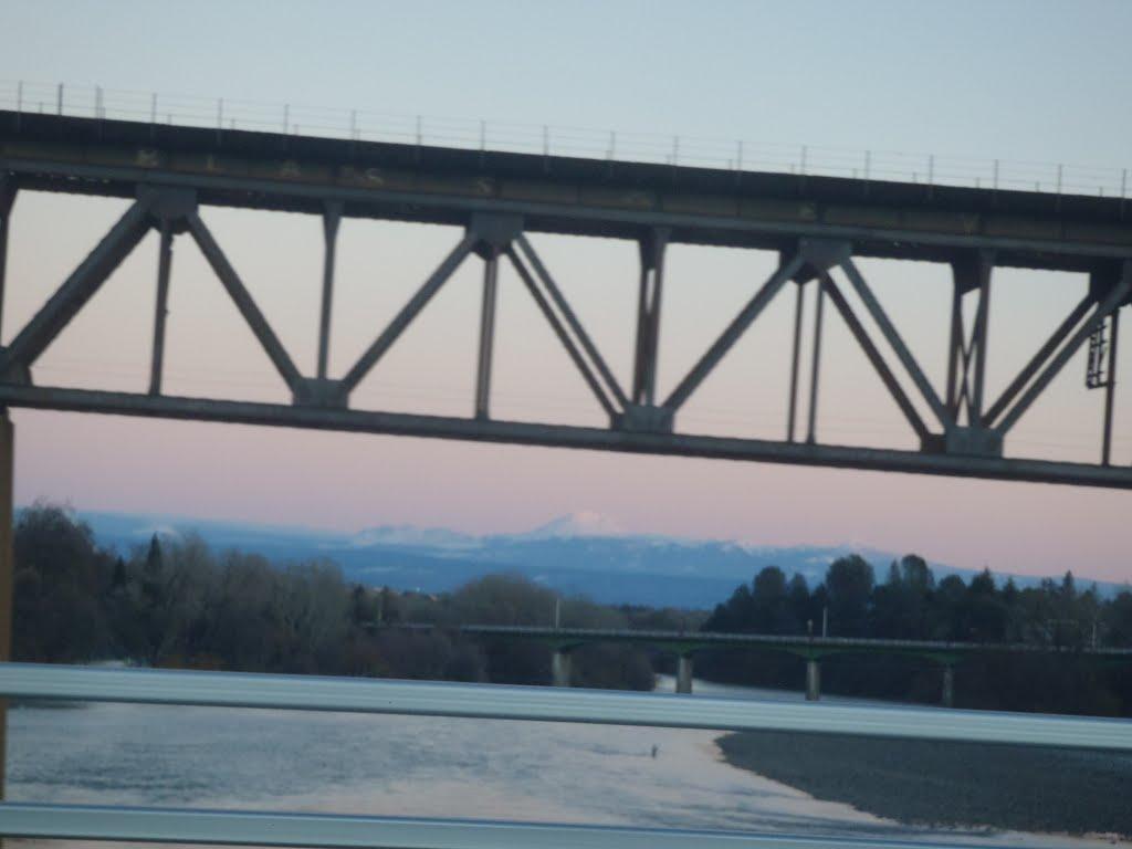 Rail Road Bridge. Looking north, Mt. Shasta in distance, Реддинг
