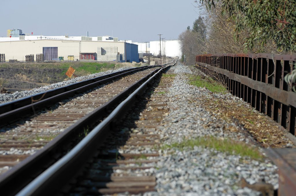 The San Joaquin Railroad Co tracks make their way our of Reedley over the Kings River. Smaller companies like San Joaquin Valley Railroad Co dont have nice and super-smooth continuous welded tracks that larger companies like BNSF and Union Pacific Railroa, Ридли