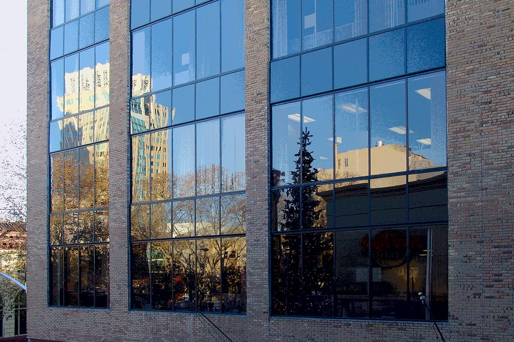 Building glass at Westfield Shopping Plaza reflects nearby buildings, Сакраменто