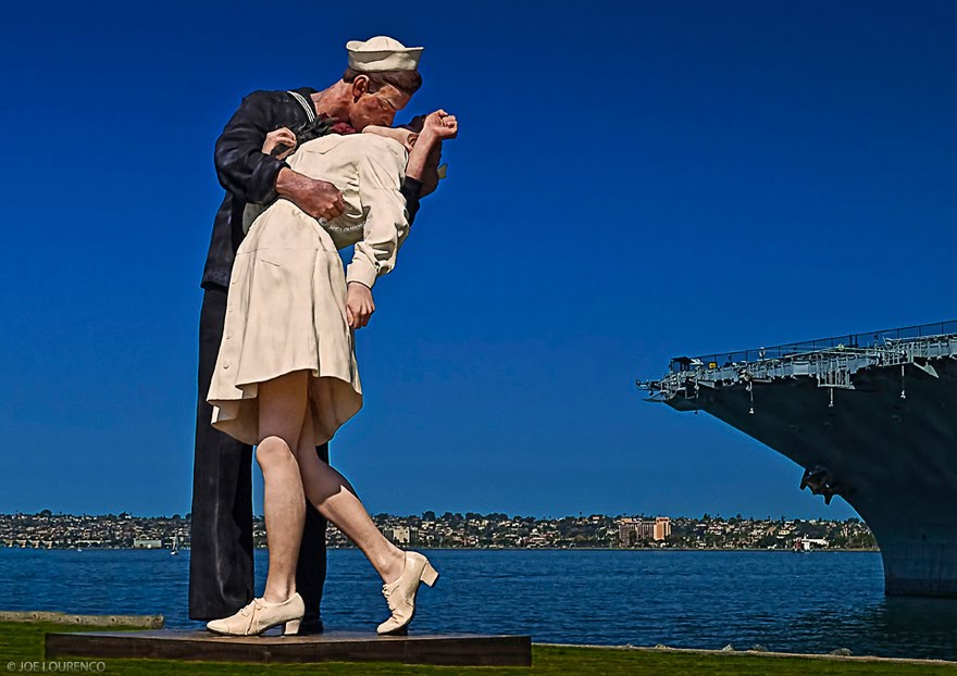San Diego California Unconditional Surrender Statue Next to the Midway Museum, Сан-Диего