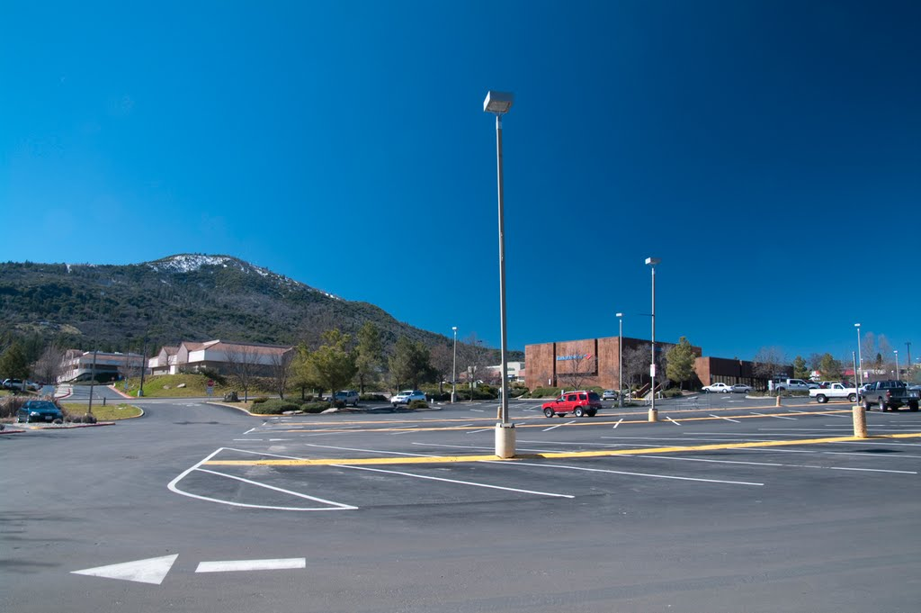 Looking out West across the parking lot of Raleys Supermarket, Oakhurst CA, 2/2011, Сан-Линдро