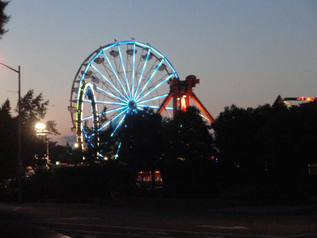 Lighted giant wheel in San Mateo fair, Сан-Матео