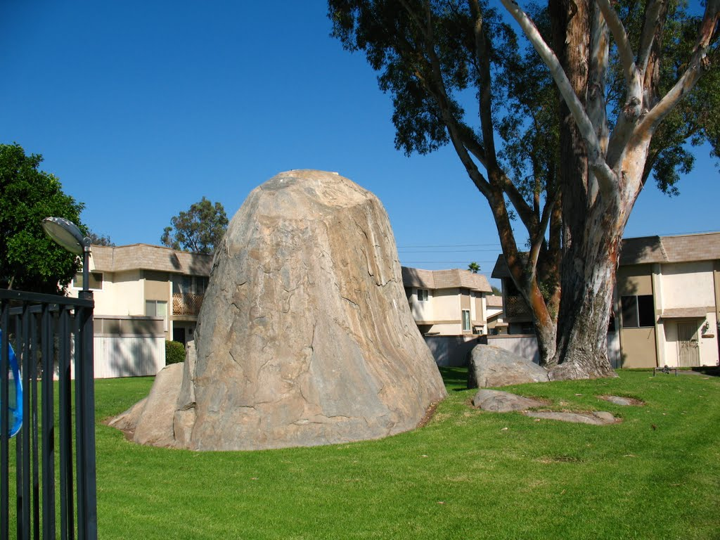 Unusual Boulder in the middle of SANTANA RANCH CONDOS, Санти