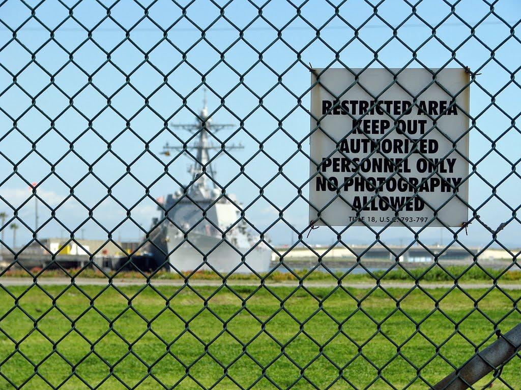 Seal Beach CA DDG thru Fence, Сил-Бич
