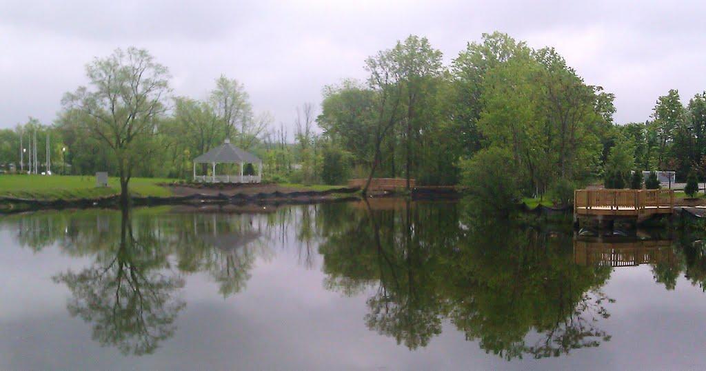 Veterans Memorial Park Pond - Behind Realty3 Carroll & Agostini - in Berlin, CT, Берлин