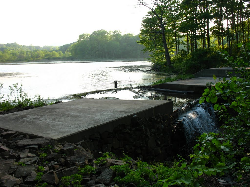 Dam at N end of Highland Pond - May 14 2010, Валлингфорд