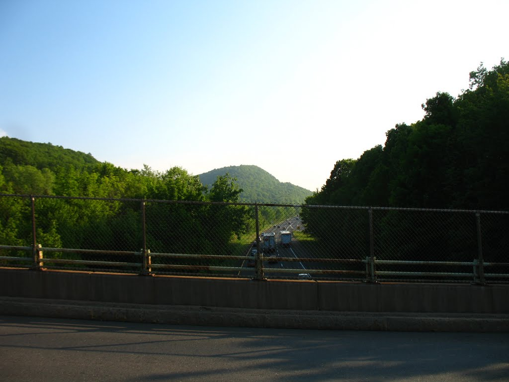 View of Mt. Higby from I-91 overpass on Country Club Rd., Middletown - May 14 2010, Патнам