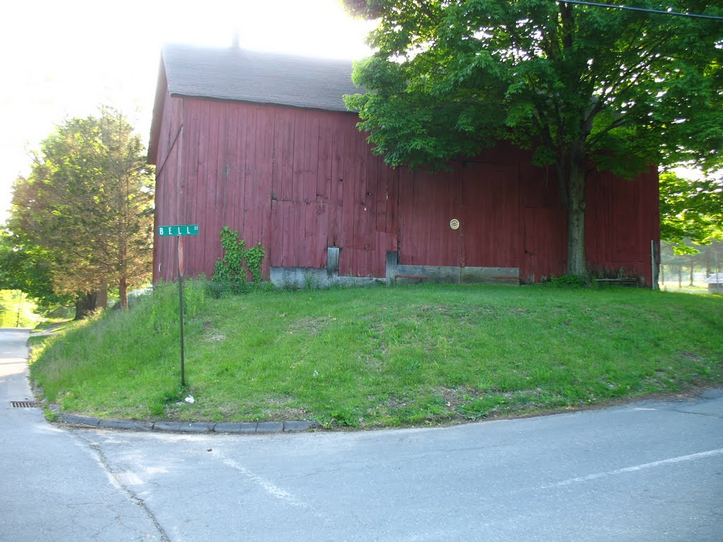 Barn at intersection of Bell St. and Country Club Rd. on Mattabesett Trail - May 14 2010, Патнам