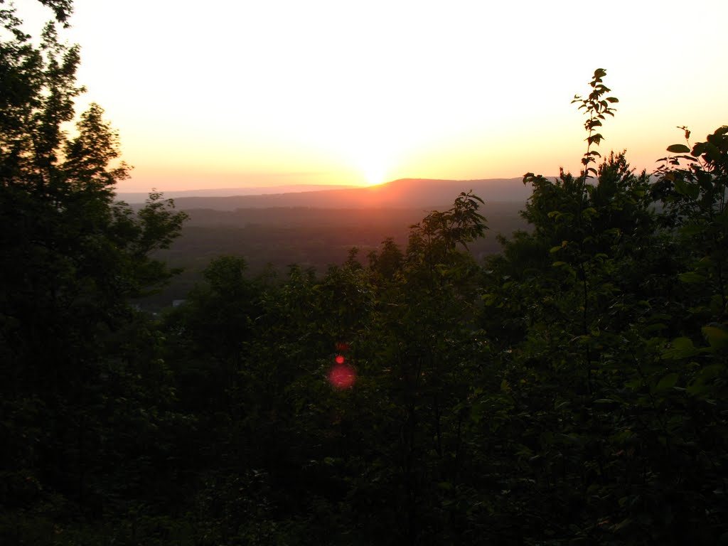 Looking NW to sunset over Ragged Mtn., from Lamentation Mtn. ridge - May 24 2010, Патнам