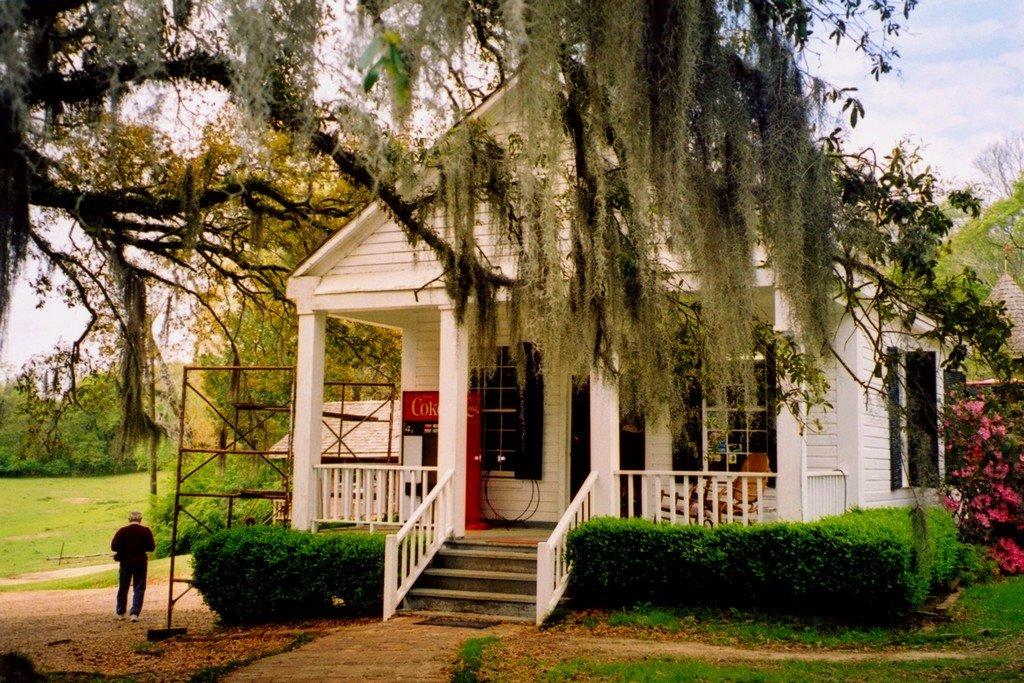 USA, lentrée de la Plantation de Greenwood avec mousse espagnole dans les arbres, Тутвилер