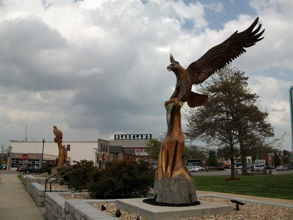 Carved wooden eagles, Camden County Courthouse, Camdenton, MO, Деслог