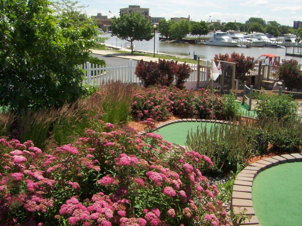 Buoy 18 Miniature Golf & View to Saginaw River, Бэй-Сити