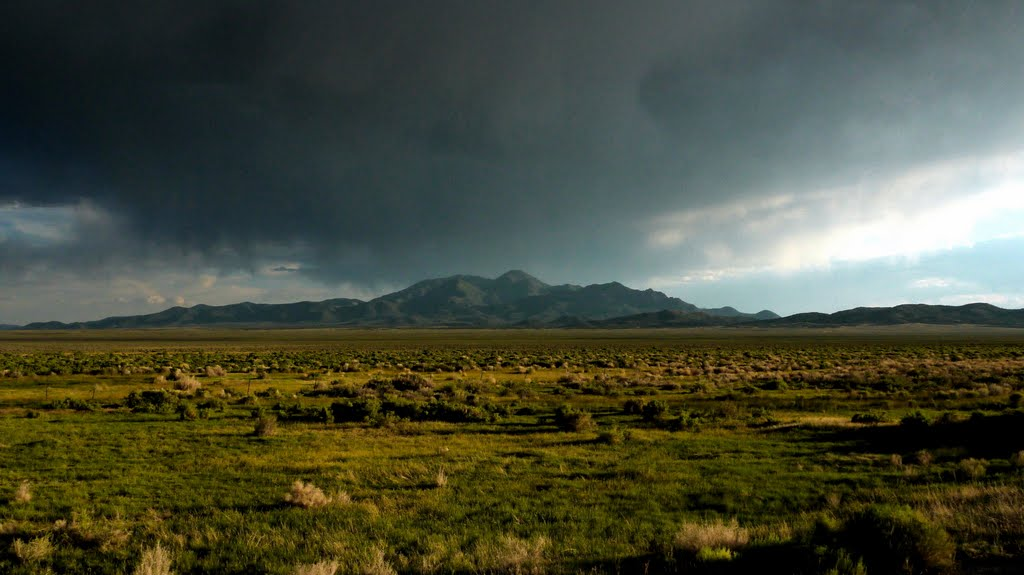 Rainclouds building over northern Monitor Range, Вегас-Крик