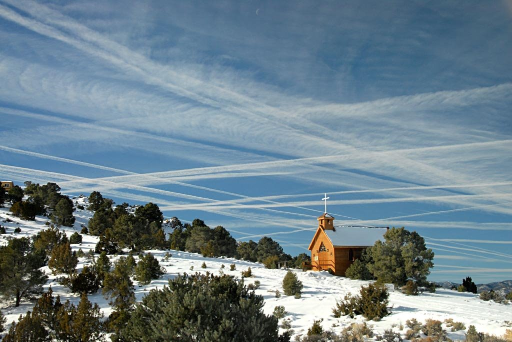 Vapor trails over Belmont church - 200801LJW, Виннемукка