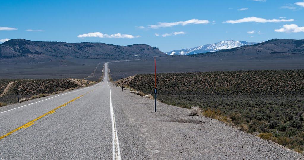 U.S. Highway 50 toward Mt. Airy Mesa (left) and the distant Toiyabe Range, Калинт
