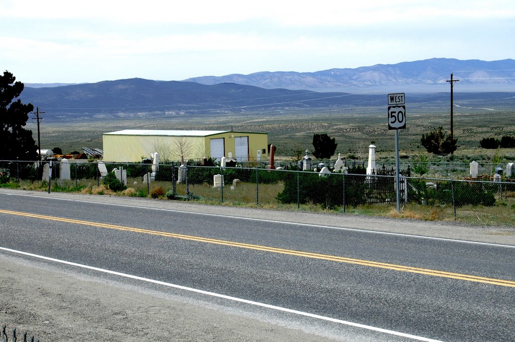 """Highway 50, """"The Loneliest Road in America"""", cutting thru the middle of the Austin Nv. graveyard. Elevation 6250 ft., Ловелок"""