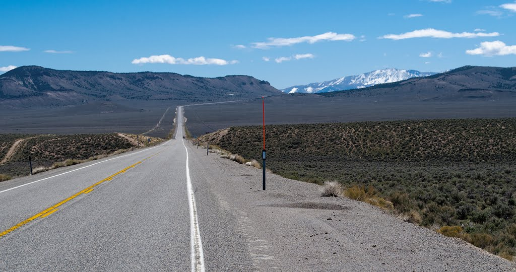 U.S. Highway 50 toward Mt. Airy Mesa (left) and the distant Toiyabe Range, Ловелок