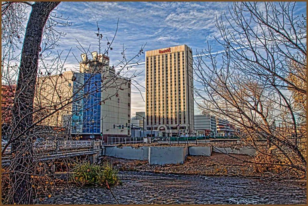 Harrahs Hotel & American Telephone Tower Near the Truckee, Рино