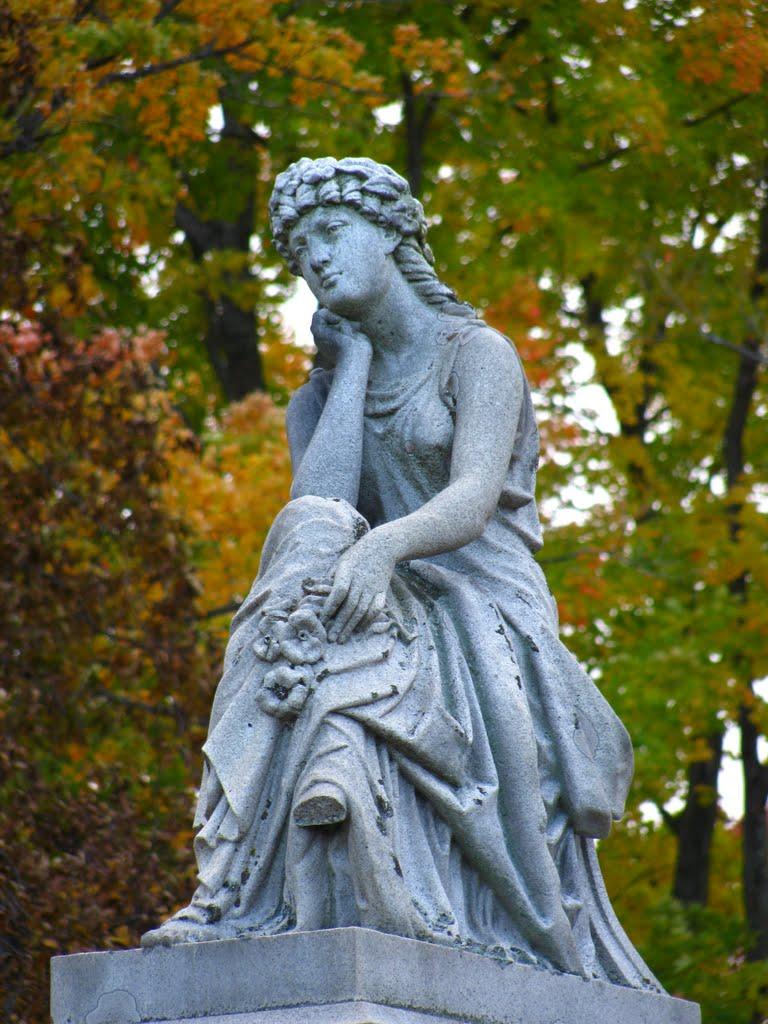 Sitting stone Lady in fall, Конкорд