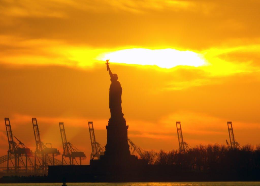 Statue of Liberty Light up the Sky, Ист-Сиракус