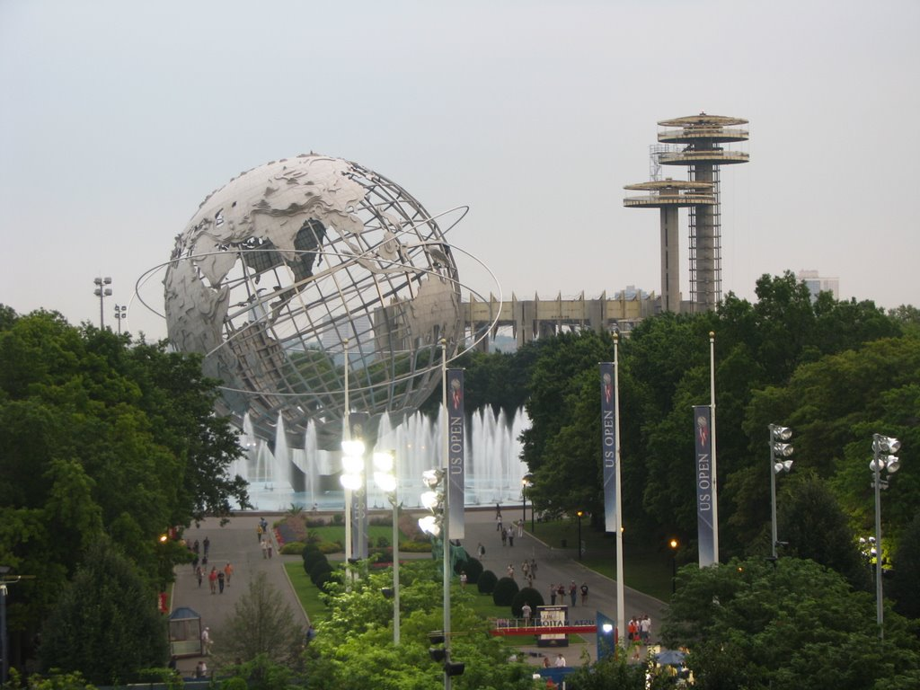 Unisphere and Observatory towers in Flushing Meadows-Corona Park, Корона