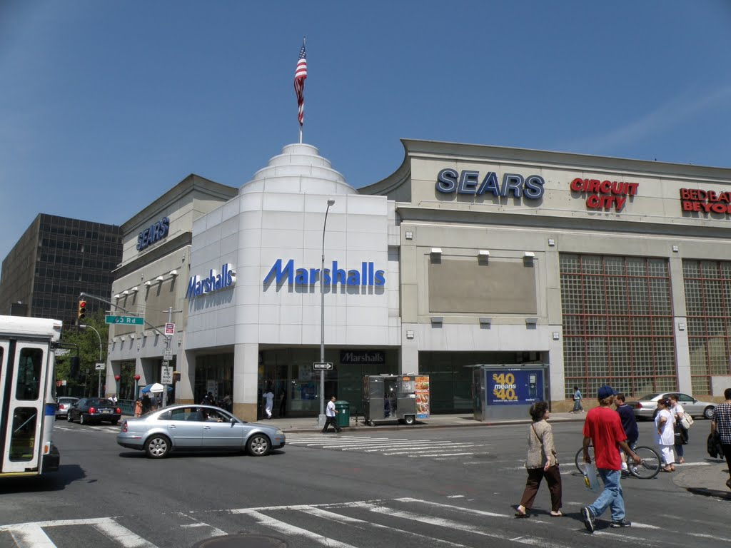 Beautiful view of Malls On Queens blvd in the spring in New York., Корона