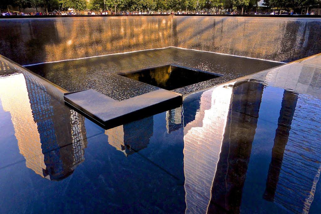 Reflection at the 9/11 Memorial, Нью-Йорк