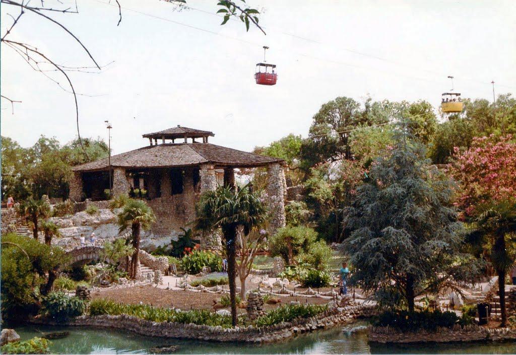 Chinese Sunken Gardens, Олмос-Парк
