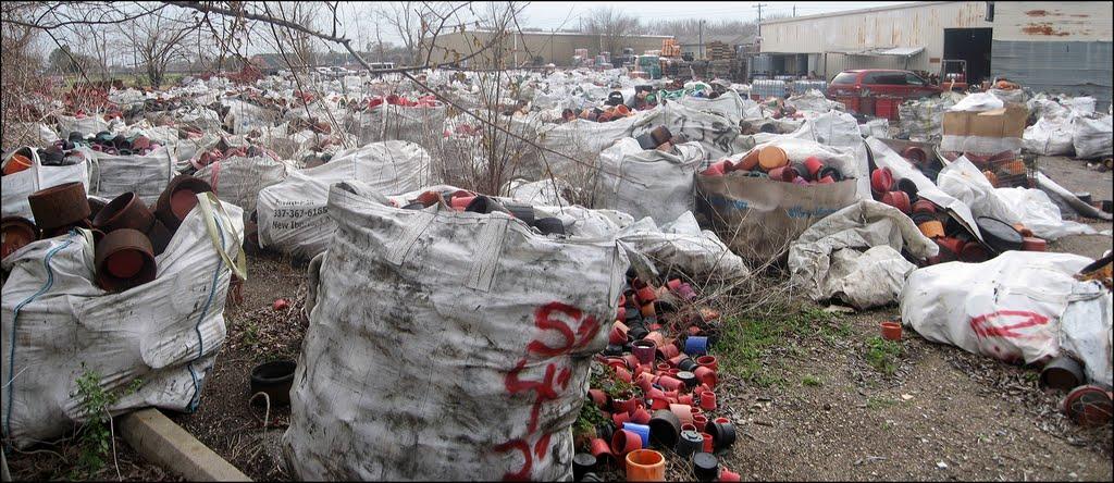 A huge junkyard of oilfield pipe thread protectors, Пасадена