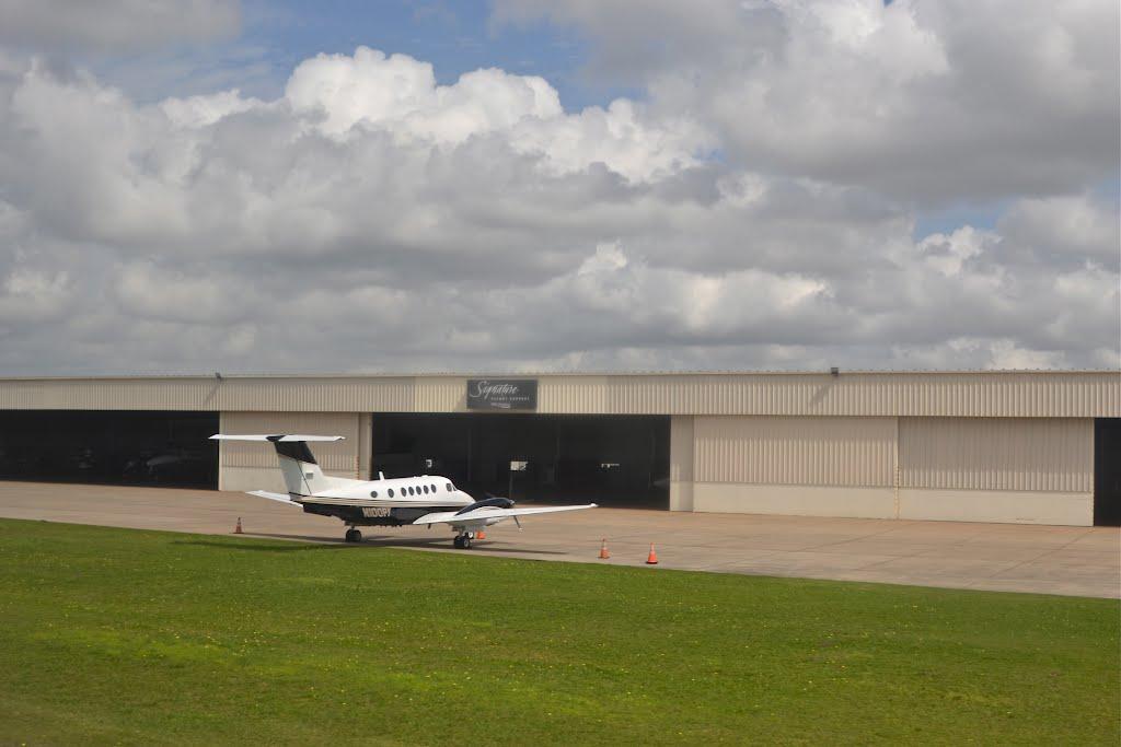 Signature Flight Service at Houston-Hobby, Пасадена