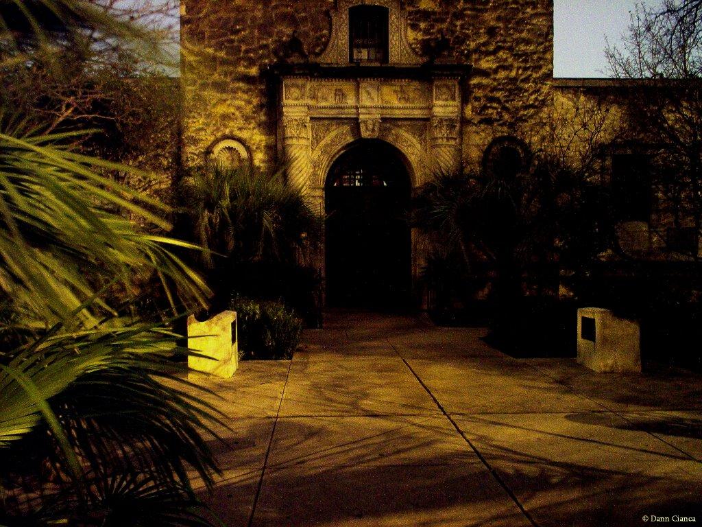 2007 - January 14th - 12:42AM CST - North side of Alamo Plaza, at night., looking S., Сан-Антонио