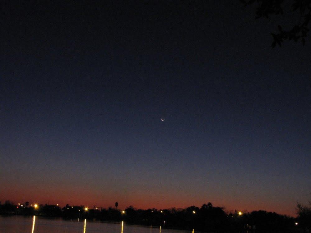 Waxing crescent moon setting over Harlingen, Texas  February 15, 2010, Харлинген