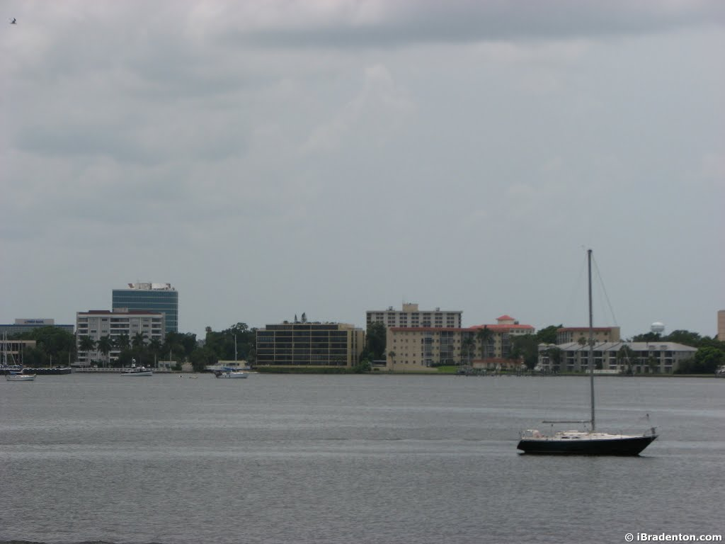 Bradenton on the Manatee river w/ sailboat, Брадентон