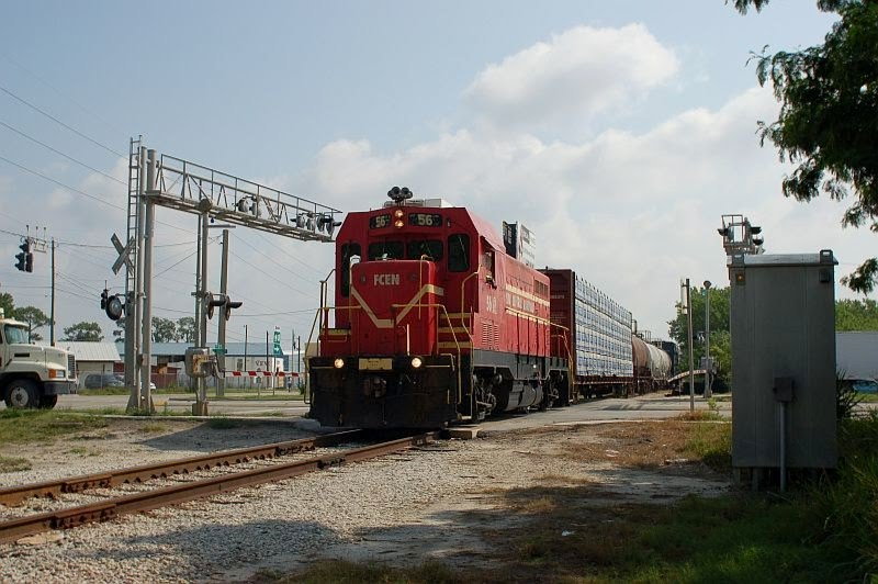 Florida Midland Railroad Local Freight Train, with Florida Central Railroad EMD/ATSF CF7 No. 56 providing power, crosses Lake Shipp Drive at Eloise, FL, Игл-Лейк