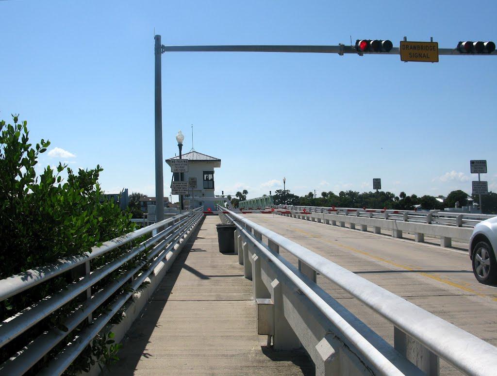 Traffic Stopped on Mathers Bridge, drawbridge over the Banana River, Индиан-Харбор-Бич